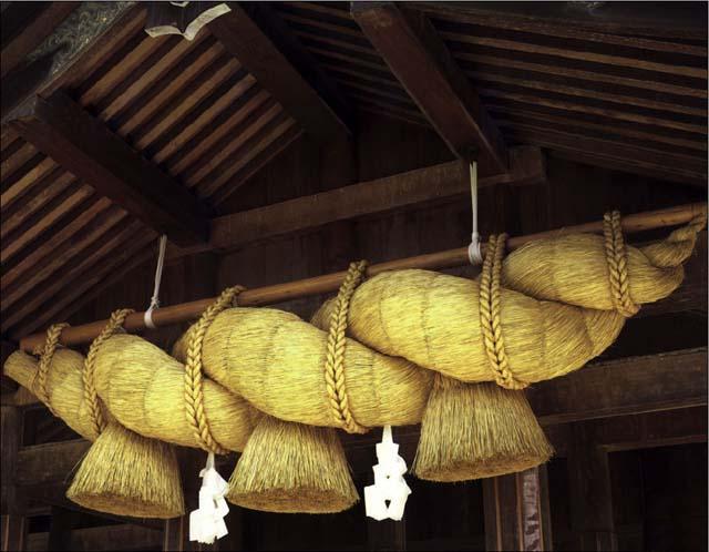 http://lock07.free.fr/Okami/shinto_tempel_11_shimenawa_gevlochten_rijststrengen_www_asiarice_org.jpg